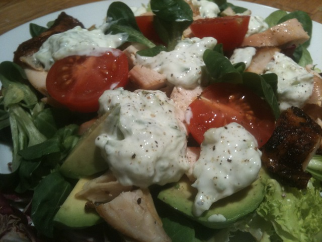 Salat med grillet kylling og tzatziki